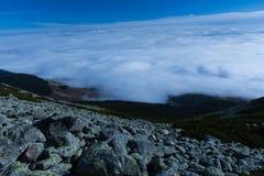 De zomerlandschap in bergen en de donkerblauwe hemel Royalty-vrije Stock Fotografie