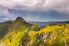 De zomerlandschap in bergen en de donkerblauwe hemel met wolken Royalty-vrije Stock Foto