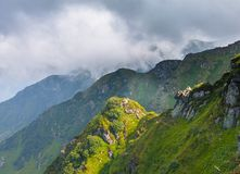 De zomerlandschap in bergen en de donkerblauwe hemel met wolken Stock Fotografie