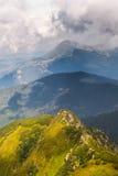 De zomerlandschap in bergen en de donkerblauwe hemel met wolken Royalty-vrije Stock Afbeeldingen