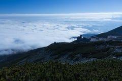 De zomerlandschap in bergen en de donkerblauwe hemel met wolken Royalty-vrije Stock Foto's