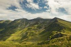 De zomerlandschap in de bergen en de blauwe hemel met wolken Stock Afbeeldingen