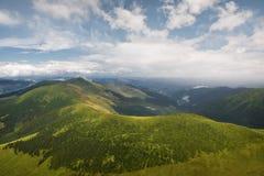 De zomerlandschap in de bergen en de blauwe hemel met wolken Stock Fotografie