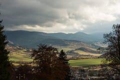 De zomerlandschap en de donkerblauwe hemel met wolken in bergen Royalty-vrije Stock Fotografie