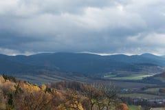 De zomerlandschap en de donkerblauwe hemel met wolken in bergen Royalty-vrije Stock Afbeeldingen