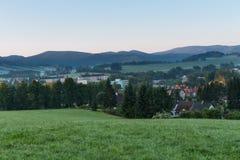 De zomerlandschap en de donkerblauwe hemel met zonsondergang in bergen Royalty-vrije Stock Foto's