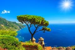 De zomerlandschap en siertuin, Ravello, Amalfi kust, Italië, Europa Stock Afbeeldingen