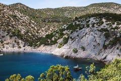 De zomerlandschap met bergenoverzees royalty-vrije stock afbeelding