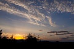 De zomerlandschap met donkerblauwe hemel en wolken Royalty-vrije Stock Fotografie