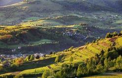 De zomerlandschap met dorp, Slowakije Stock Foto's