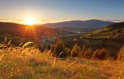 De zomerlandschap met dorp, Slowakije Stock Afbeelding