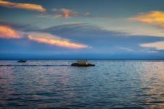 De zomerlandschap met een mening van het drijvende vlot op meer Baikal stock foto