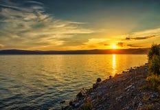 De zomerlandschap met een mening van meer Baikal van Listvyanka vill royalty-vrije stock foto's