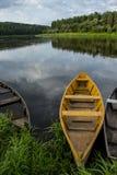 De zomerlandschap met houten vissersboten door het meer stock foto