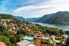 De zomerlandschap met Meer Como en bergen van bovengenoemd van Como-stad Stock Foto
