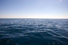 De zomerlandschap met overzees en horizon over water Stock Foto's