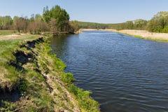 De zomerlandschap met rivier Stock Afbeelding