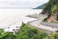 De zomerlandschap met rotsachtige kust Royalty-vrije Stock Fotografie