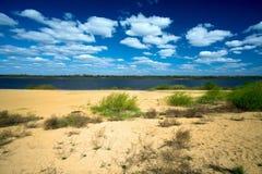 De zomerlandschap met zandige kust van rivier Royalty-vrije Stock Afbeeldingen