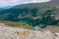 De ZOMERlandschap Mooie bergen en een bergmeer tegen de blauwe hemel vallei stock afbeeldingen