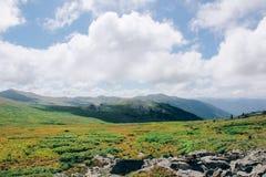 De ZOMERlandschap Mooie bergen tegen de blauwe hemel vallei royalty-vrije stock foto's