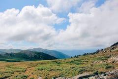 De ZOMERlandschap Mooie bergen tegen de blauwe hemel vallei stock foto's