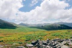 De ZOMERlandschap Mooie bergen tegen de blauwe hemel vallei stock foto