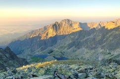 De ZOMERlandschap Ochtend in berg Royalty-vrije Stock Afbeeldingen