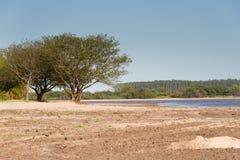 De zomerlandschap op de banken van het zand van het rivierwater en de duidelijke hemel in de stad van federatieprovincie van entr Royalty-vrije Stock Afbeeldingen
