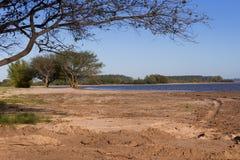 De zomerlandschap op de banken van het zand van het rivierwater en de duidelijke hemel in de stad van federatieprovincie van entr Royalty-vrije Stock Fotografie