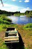 De zomerlandschap op de kust van de rivier Royalty-vrije Stock Foto's