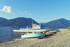 De zomerlandschap op het Siberische hoge bergmeer stock foto's