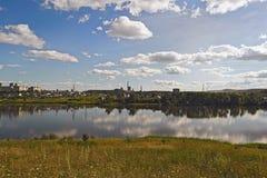 De zomerlandschap op de meerkust Royalty-vrije Stock Foto