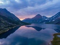 De zomerlandschap op zonsondergang met bergen, een meer van Hadata royalty-vrije stock afbeelding
