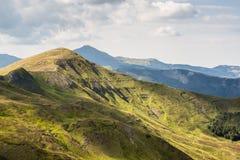 De zomerlandschap van Apenninebergen stock afbeeldingen