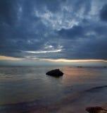 De zomerlandschap van de zonsondergang met steen stock fotografie