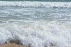 De zomerlandschap van het overzees met mooie golven royalty-vrije stock foto's
