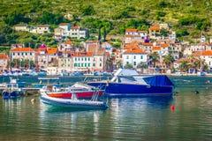 De zomerlandschap in Vis-eiland, Zuidelijk Kroatië stock foto's