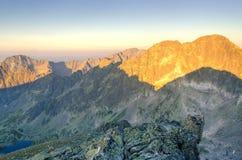 De ZOMERlandschap Zonsopgang in bergen Stock Afbeeldingen