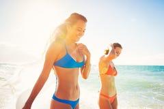 De zomerlevensstijl, Vrienden bij het Strand Stock Afbeeldingen