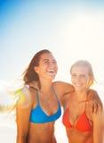 De zomerlevensstijl, Vrienden bij het Strand Royalty-vrije Stock Afbeeldingen