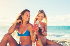De zomerlevensstijl, Vrienden bij het Strand Royalty-vrije Stock Foto