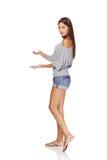 De zomermeisje die lege exemplaarruimte tonen Royalty-vrije Stock Afbeelding