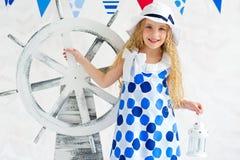 De zomermeisje in kleding van de manier de mariene stijl royalty-vrije stock afbeeldingen