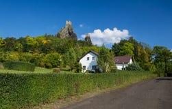 De zomermening over het Trosky-kasteel op de heuveltop Stock Afbeeldingen