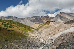 De zomermening van Dzenzur-Vulkaan - actieve vulkaan van het Schiereiland van Kamchatka Stock Afbeeldingen