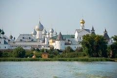 De zomermening van het Nero-meer van het middeleeuwse Kremlin in Rostov Royalty-vrije Stock Foto's