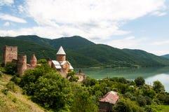De zomermening van de kerk en de vesting van Ananuri in Georgië Stock Foto