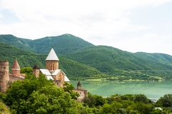 De zomermening van de kerk en de vesting van Ananuri in Georgië royalty-vrije stock afbeelding