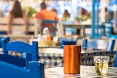 De zomernacht met wijn in een Grieks eilandrestaurant, Griekenland royalty-vrije stock afbeelding